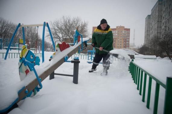 ДГХ расчищает детские площадки в Коломне