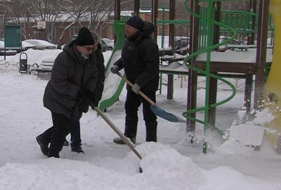 Представители администрации чистили снег в Луховицах