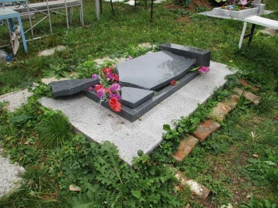 На кладбище в Озерах побывали вандалы